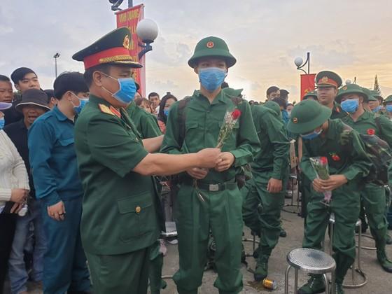 Hơn 1.000 thanh niên Đà Nẵng hăng hái lên đường nhập ngũ ảnh 4