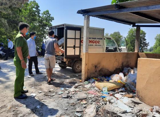 Bắt quả tang 2 đối tượng đổ thực phẩm thối rữa ra môi trường ảnh 2