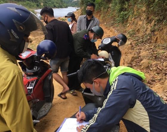 Xử phạt hàng chục người trốn chốt kiểm soát để lên núi dã ngoại ảnh 2