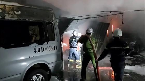 Huy động hàng chục xe chữa cháy dập lửa xuyên đêm ảnh 2