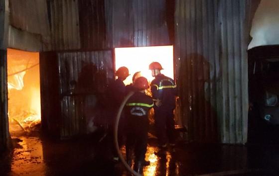 Huy động hàng chục xe chữa cháy dập lửa xuyên đêm ảnh 1
