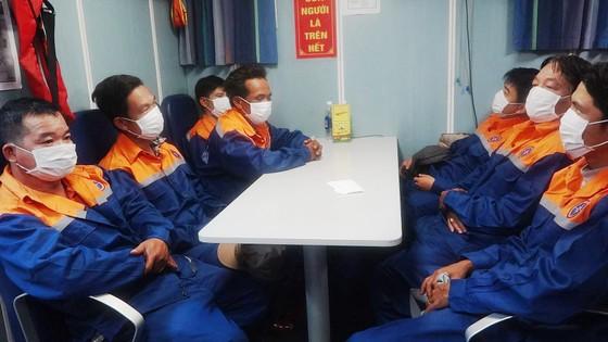Cứu 7 ngư dân bị chìm tàu ngoài khơi tỉnh Thừa Thiên - Huế ảnh 2