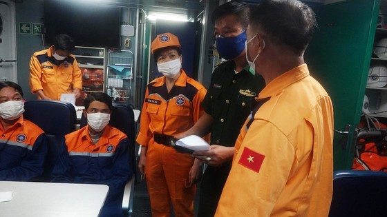 Cứu 7 ngư dân bị chìm tàu ngoài khơi tỉnh Thừa Thiên - Huế ảnh 1