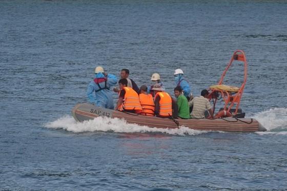 Cứu 13 ngư dân thoát chết trên vùng biển Đà Nẵng  ảnh 1