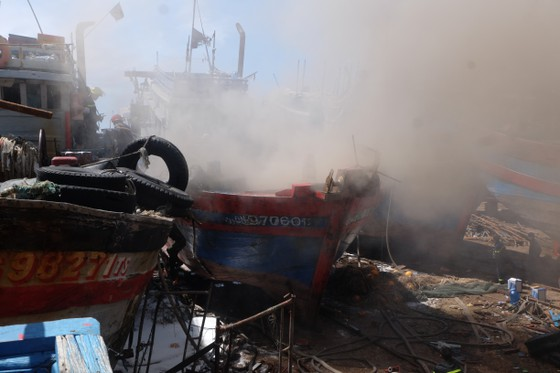 Dập tắt đám cháy tại xưởng sửa chữa tàu cá ảnh 1