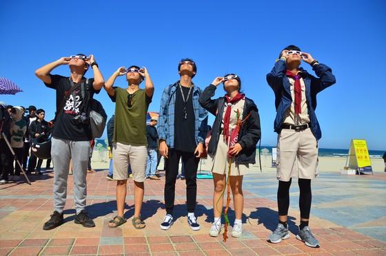 Người dân Đà Nẵng đội nắng hào hứng xem nhật thực hiếm có  ảnh 3
