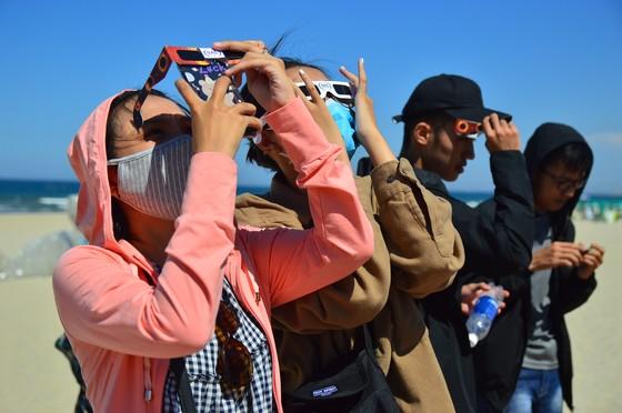 Người dân Đà Nẵng đội nắng hào hứng xem nhật thực hiếm có  ảnh 7