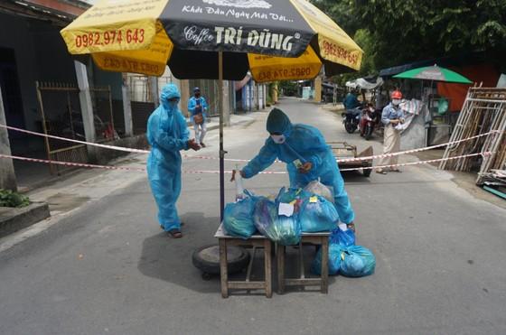 Đà Nẵng: Đi chợ giúp người dân đang cách ly vì Covid-19 ảnh 4