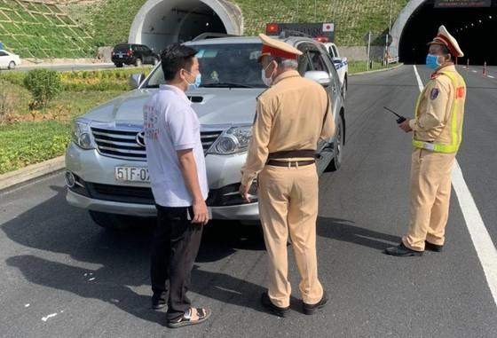 Ô tô chở người rời Đà Nẵng về Quảng Bình, Ninh Bình không đúng quy định ảnh 1