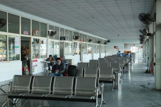 Sân ga, bến xe Đà Nẵng vắng khách ngày đầu khôi phục hoạt động ảnh 1