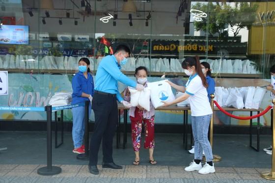 Trao tặng 2.800 suất nhu yếu phẩm cho người dân gặp khó khăn tại Đà Nẵng ảnh 1