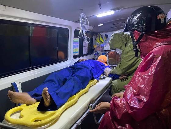 Tàu cá ngư dân bị sóng đánh chìm khi đang cứu nạn tàu Vietship 01 ảnh 3