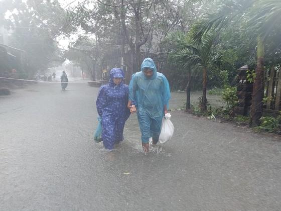 Đà Nẵng sơ tán gần 3.000 người do ảnh hưởng của mưa lũ và bão số 6 ảnh 4