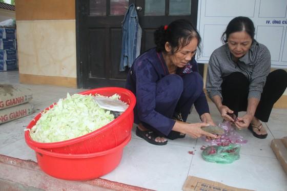 Tổ chức nấu nhiều suất ăn, đưa đến hỗ trợ người dân vùng lũ Quảng Trị ảnh 1