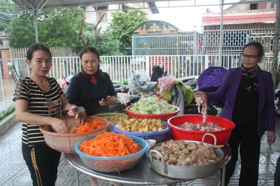 Tổ chức nấu nhiều suất ăn, đưa đến hỗ trợ người dân vùng lũ Quảng Trị ảnh 2