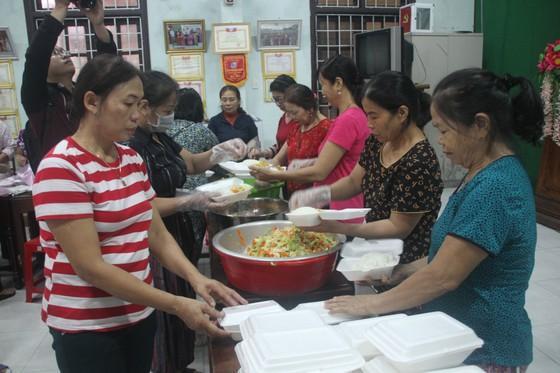 Tổ chức nấu nhiều suất ăn, đưa đến hỗ trợ người dân vùng lũ Quảng Trị ảnh 3