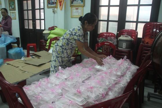 Tổ chức nấu nhiều suất ăn, đưa đến hỗ trợ người dân vùng lũ Quảng Trị ảnh 4