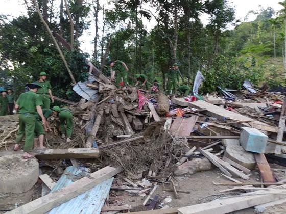 Tiếp cận hiện trường các vụ sạt lở ở Quảng Nam bằng đường bộ và đường thủy ảnh 5