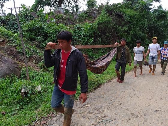 Tiếp cận hiện trường các vụ sạt lở ở Quảng Nam bằng đường bộ và đường thủy ảnh 8