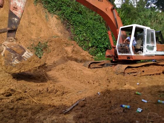 Tiếp cận hiện trường các vụ sạt lở ở Quảng Nam bằng đường bộ và đường thủy ảnh 4