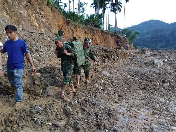 Tiếp cận hiện trường các vụ sạt lở ở Quảng Nam bằng đường bộ và đường thủy ảnh 9