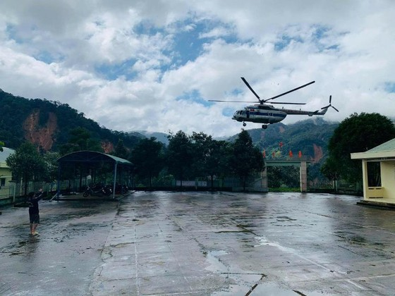 Trực thăng Mi-17 chuyển lương thực, thực phẩm tiếp tế cho người dân ở Phước Sơn (Quảng Nam) ảnh 20