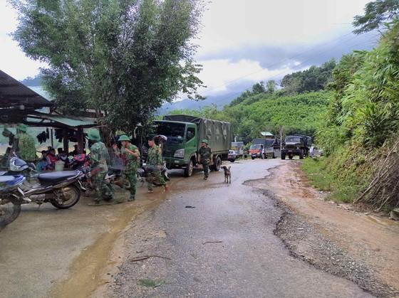Trực thăng Mi-17 chuyển lương thực, thực phẩm tiếp tế cho người dân ở Phước Sơn (Quảng Nam) ảnh 26