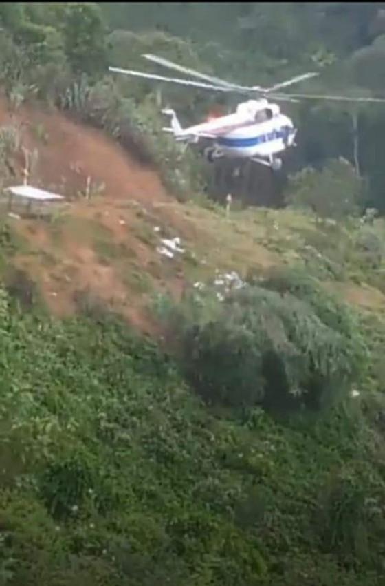 Trực thăng Mi-17 chuyển lương thực, thực phẩm tiếp tế cho người dân ở Phước Sơn (Quảng Nam) ảnh 19