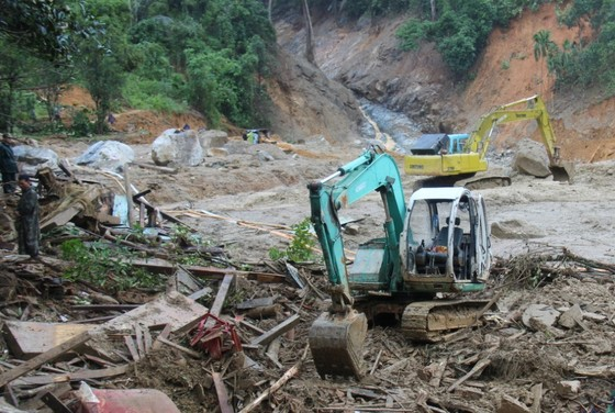 Trực thăng Mi-17 chuyển lương thực, thực phẩm tiếp tế cho người dân ở Phước Sơn (Quảng Nam) ảnh 31