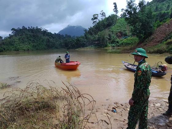 Trực thăng Mi-17 chuyển lương thực, thực phẩm tiếp tế cho người dân ở Phước Sơn (Quảng Nam) ảnh 27