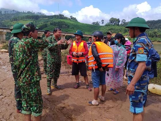 Trực thăng Mi-17 chuyển lương thực, thực phẩm tiếp tế cho người dân ở Phước Sơn (Quảng Nam) ảnh 28