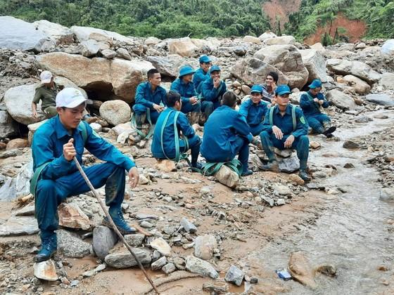 Trực thăng Mi-17 chuyển lương thực, thực phẩm tiếp tế cho người dân ở Phước Sơn (Quảng Nam) ảnh 24