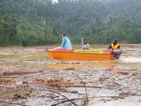 Trực thăng Mi-17 chuyển lương thực, thực phẩm tiếp tế cho người dân ở Phước Sơn (Quảng Nam) ảnh 16