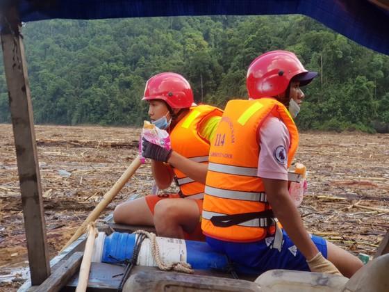Trực thăng Mi-17 chuyển lương thực, thực phẩm tiếp tế cho người dân ở Phước Sơn (Quảng Nam) ảnh 17
