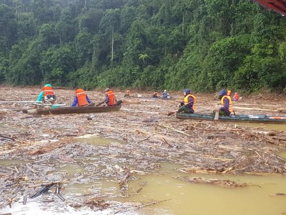 Trực thăng Mi-17 chuyển lương thực, thực phẩm tiếp tế cho người dân ở Phước Sơn (Quảng Nam) ảnh 7