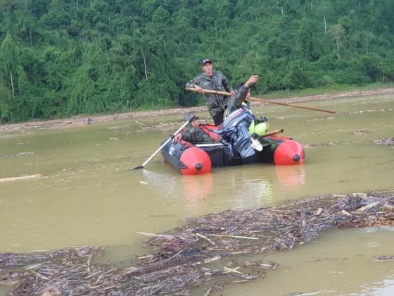 Trực thăng Mi-17 chuyển lương thực, thực phẩm tiếp tế cho người dân ở Phước Sơn (Quảng Nam) ảnh 8
