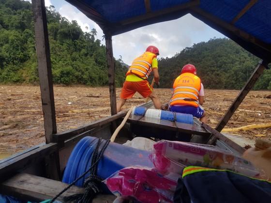 Trực thăng Mi-17 chuyển lương thực, thực phẩm tiếp tế cho người dân ở Phước Sơn (Quảng Nam) ảnh 10