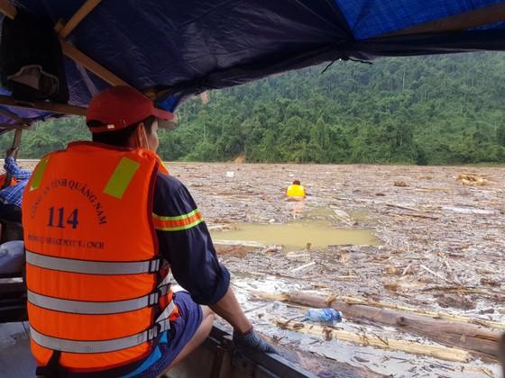 Trực thăng Mi-17 chuyển lương thực, thực phẩm tiếp tế cho người dân ở Phước Sơn (Quảng Nam) ảnh 11