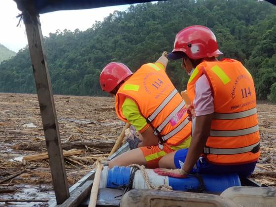 Trực thăng Mi-17 chuyển lương thực, thực phẩm tiếp tế cho người dân ở Phước Sơn (Quảng Nam) ảnh 1