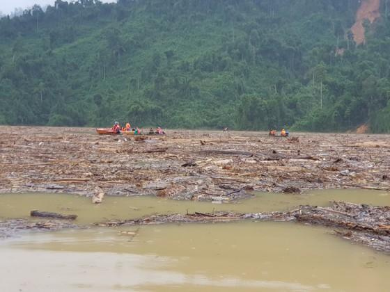 Trực thăng Mi-17 chuyển lương thực, thực phẩm tiếp tế cho người dân ở Phước Sơn (Quảng Nam) ảnh 2