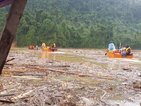 Trực thăng Mi-17 chuyển lương thực, thực phẩm tiếp tế cho người dân ở Phước Sơn (Quảng Nam) ảnh 3
