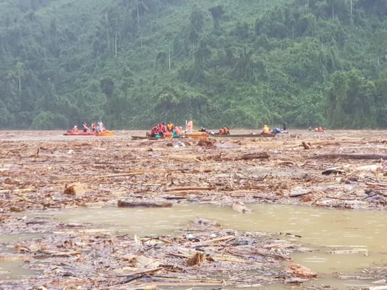 Trực thăng Mi-17 chuyển lương thực, thực phẩm tiếp tế cho người dân ở Phước Sơn (Quảng Nam) ảnh 4