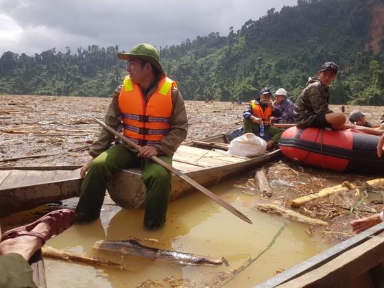 Trực thăng Mi-17 chuyển lương thực, thực phẩm tiếp tế cho người dân ở Phước Sơn (Quảng Nam) ảnh 6