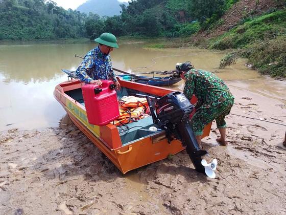 Trực thăng Mi-17 chuyển lương thực, thực phẩm tiếp tế cho người dân ở Phước Sơn (Quảng Nam) ảnh 29