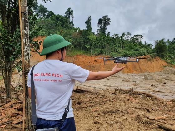 Trực thăng Mi-17 chuyển lương thực, thực phẩm tiếp tế cho người dân ở Phước Sơn (Quảng Nam) ảnh 30