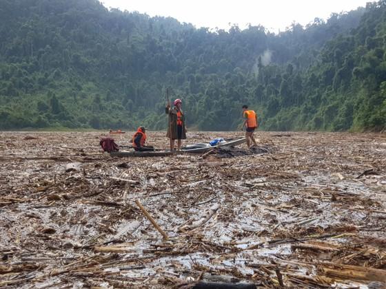 Mở rộng khu vực tìm kiếm nạn nhân sạt lở ở Trà Leng ra các bãi bồi ảnh 2