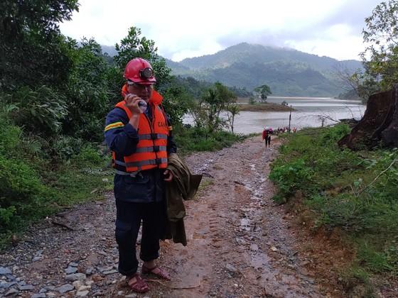 Mở rộng khu vực tìm kiếm nạn nhân sạt lở ở Trà Leng ra các bãi bồi ảnh 3