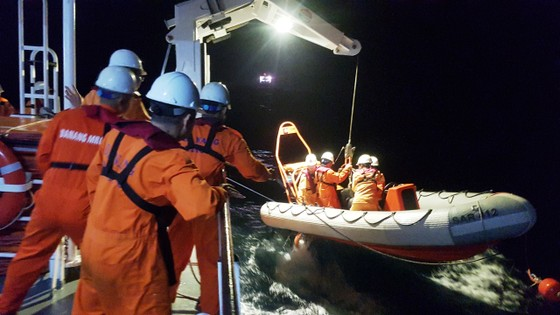 Cứu 7 ngư dân gặp nạn trên biển ảnh 1