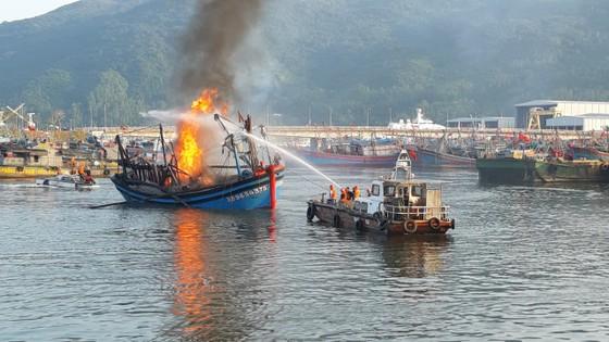 Đà Nẵng: 3 tàu cá cháy lớn khi đang neo đậu tại bờ ảnh 2