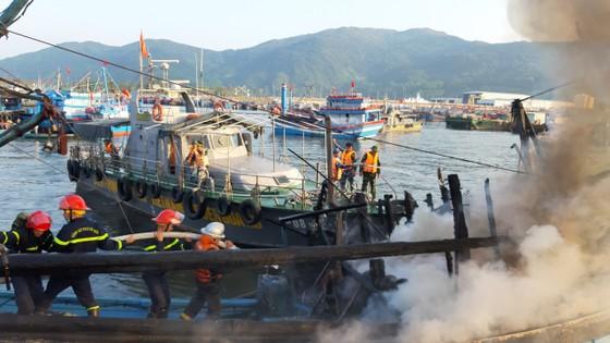Đà Nẵng: 3 tàu cá cháy lớn khi đang neo đậu tại bờ ảnh 3